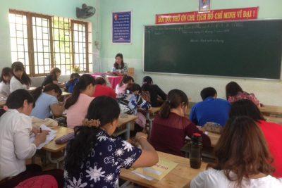 Hình ảnh giáo viên thi viết chữ đẹp cấp trường năm học 2017-2018.